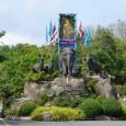 สวนสัตว์สงขลา อยู่ ท่ามกลางขุนเขาและโอบล้อมด้วยทะเลสาบสงขลา บนพื้นที่ 878 ไร่ ติดแหลมสมิหลา มีจุดชมวิวที่สามารถมองเห็นสะพานติณสูลานนท์ ตัวเมืองสงขลา และทะเลอ่าวไทย เป็นแหล่งอนุรักษ์เพาะขยายพันธุ์สัตว์ป่าหายากทางใต้ของไทย